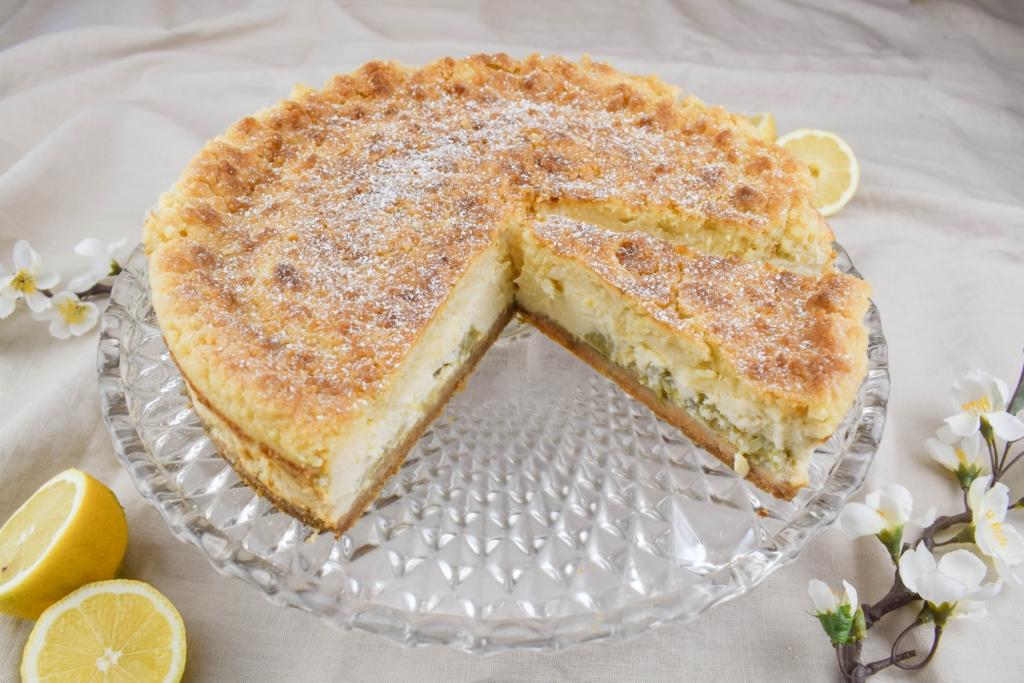 Einfaches Rezept für cremigen Rhabarber Käsekuchen, abgerundet mit Zitrone. Der Perfekte Kuchen für alle Kaffeetafeln im Frühling. Cremig saftig und einfach der beste Käsekuchen für mich!