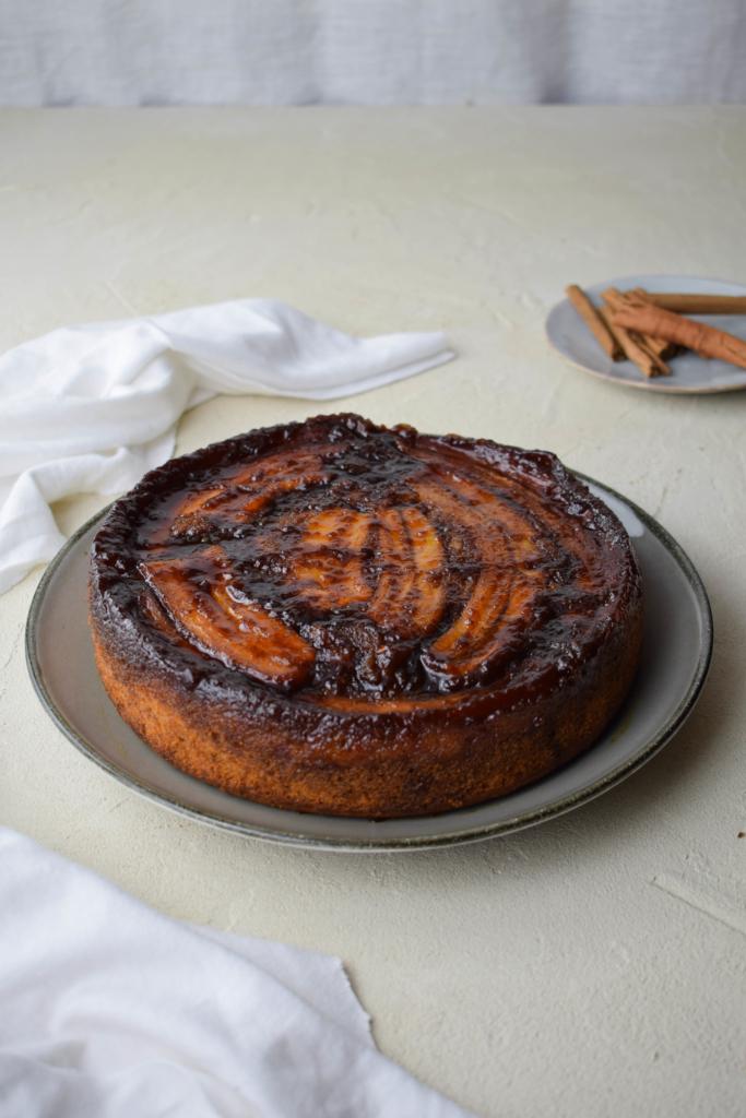 Super leckeres Rezept für Bananen Upside Down Kuchen (Gestürzter Bananen Kuchen) mit gesalzenem Karamell und einer guten Prise Zimt. Perfekt geeignet für die Verwertung von braunen überreifen Bananen. - Bananenverwertung