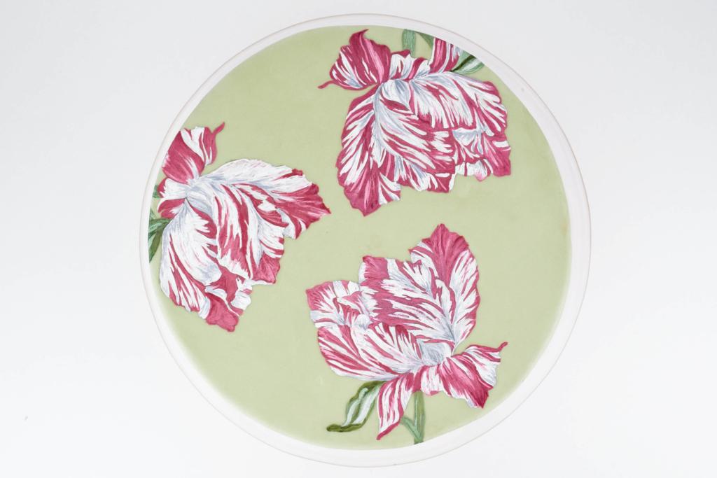 Hier seht ihr meine bemalte Fondanttorte. Als Motiv habe ich botanische Zeichnungen einer Tulpe gewählt, welche ich auf farbigen Fondant gemalt habe. Innen befindet sich eine super zitronige Zitronentorte.