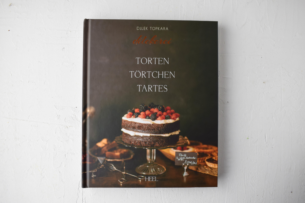 """Leckere Haselnuss-Torte mit Nougat-Butterceme in klassischer Marzipan Optik. Ein Rezept aus """"Torten, Törtchen, Tartes"""" von Dilek Topkara eine Rezension."""