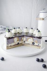 Rezept für leckere Heidelbeer Vanille Windbeutel Torte. Perfekt für besondere Anlässe oder als Sonntagstorte. Cremig fruchtige Sahnetorte mit Heidelbeeren.