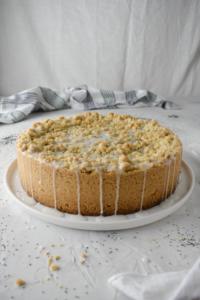 Rezept für saftigen Pfirsich Mohnkuchen mit Streuseln, ganz einfach gemacht. Eine Obst Mohnkuchen Variation für den Sommer.