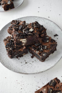 Rezept für super saftige und schokoladige Brownies mit ganz viel Oreos und Kirschen, dazu noch weiße Schokolade. Die besten Brownies, die ich kenne!