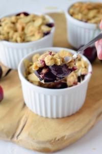 Rezept für super einfachen Kirsch Crumble mit Haferflocken und Mandeln. Saftiger süßer Auflauf perfekt für jede Grillparty und lässt sich gut vorbereiten.