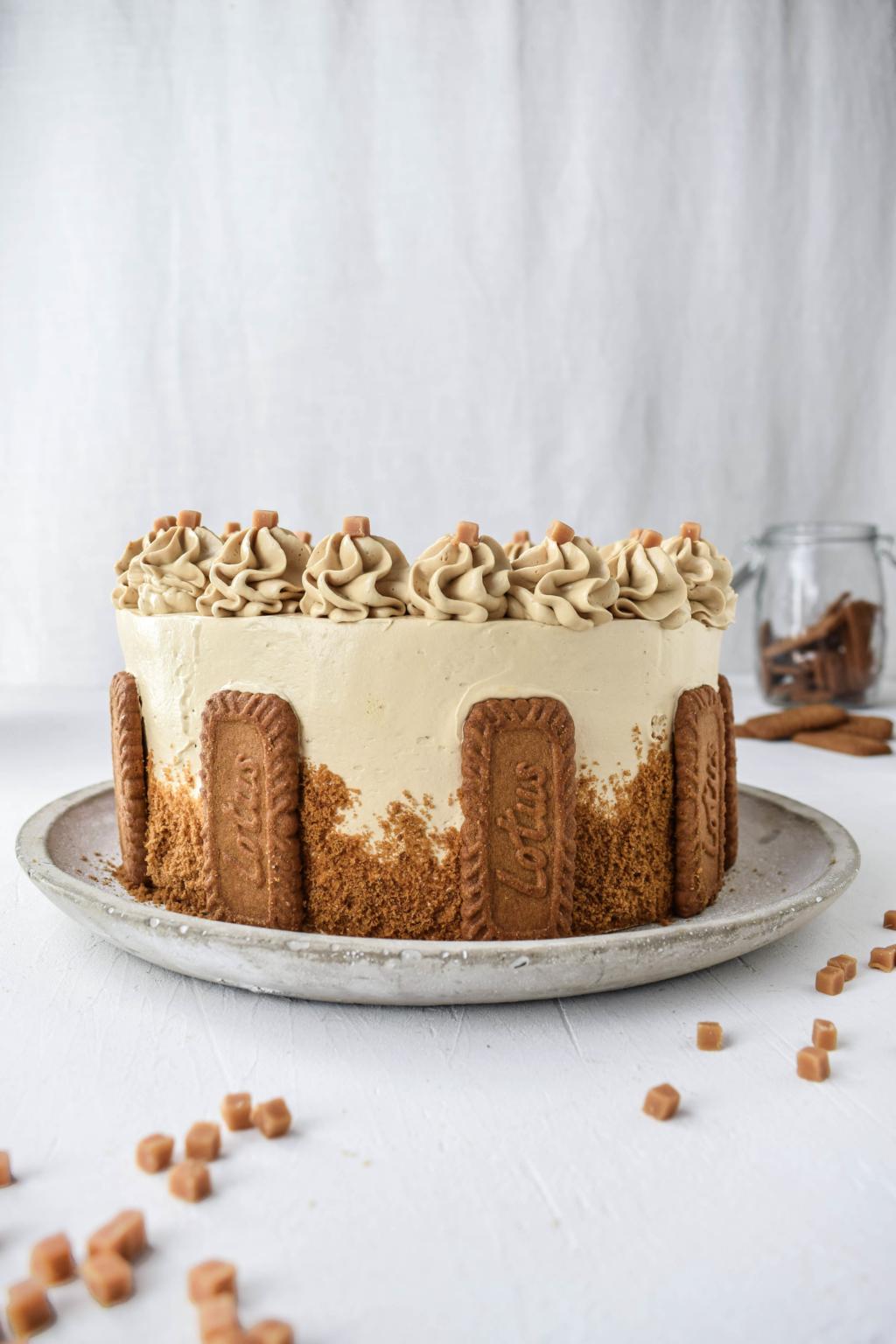 Rezept für eine dekadente Lotus Biscoff Torte mit Espresso Tränke und reichlich gefüllt mit den bekanntesten Karamellkeksen der Welt: Lotus Biscoff Kekse