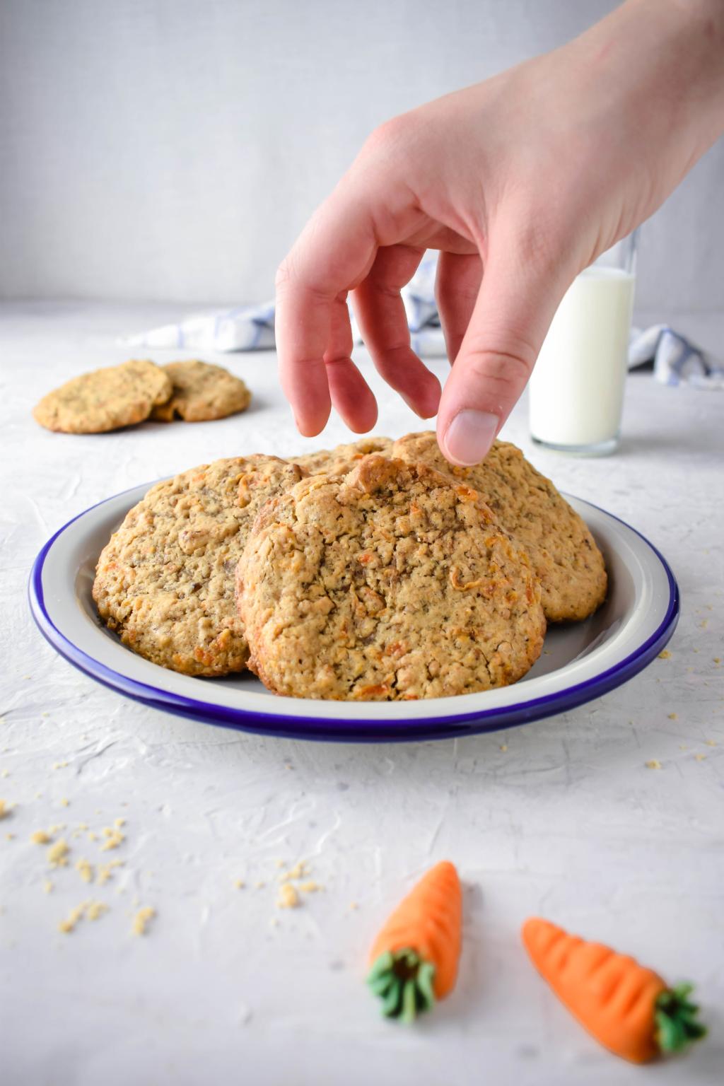 Rübli Cookies mit Walnüssen  Rezept für saftige Rübli Cookies mit Walnüssen . Perfekt für Ostern! Dazu noch einfach zu machen. Den klassischen Rübli / Karotten Kuchen als Cookie.  #Ostern #Rübli