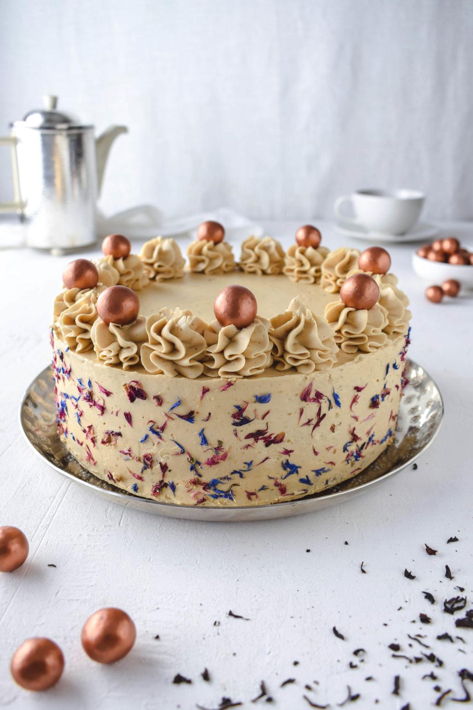 Festliches Rezept für extravagante Earl Grey Torte mit Mascarpone Füllung uns Salzkaramell. Schön dekoriert mit essbaren Blüten.