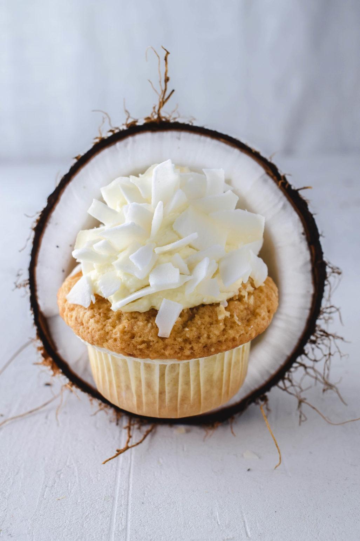 Kokoscupcakes mit Mascarpone Topping Einfaches Rezept für saftige Kokosnuss Cupcakes mit cremigem Mascarpone Topping und gerösteten Kokosraspeln. Perfekt für jede Jahreszeit.