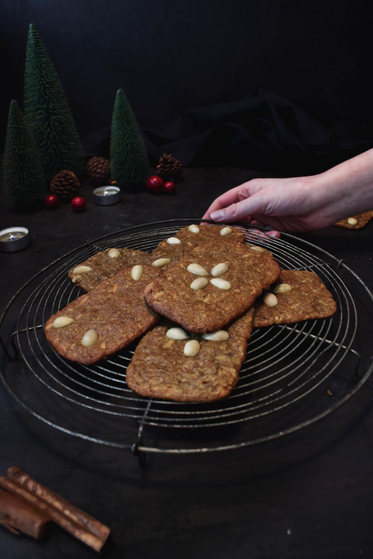 Braune Kuchen - 100 Jahre altes Rezept Ein traditionelles Rezept für knusprige braune Kuchen. Ein über 100 Jahre altes Familien Rezept für die weihnachtlichen Kekse.