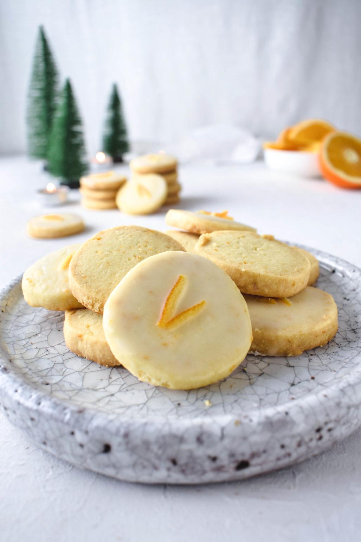 Rezept für knusprige mürbe Orangen Plätzchen / Shortbread Cookies. Schnell gemacht und buttrig süß. Auch in Glutenfrei und Laktosefrei.