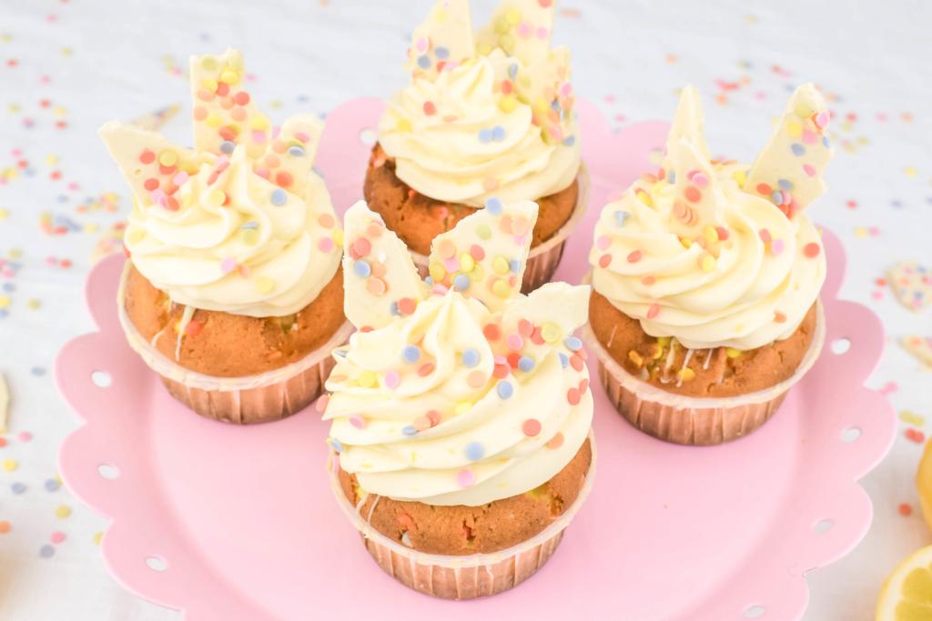 Rezept für Popping Candy Cupcakes - Zitronen-Funfetti Muffins mit Popping Candy Füllung und Zitronen Mascarpone Topping. Perfekt für Kindergebrtstage aber auch für jegliche andere Partys!