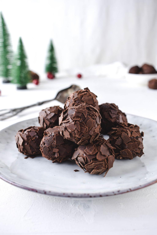 Rumkugeln bzw. Rumtrüffel Rezept für cremige und zart schmelzende Rumkugeln ohne Biskuit. Super schokoladig und einfach ein Muss für die Weihnachtszeit!