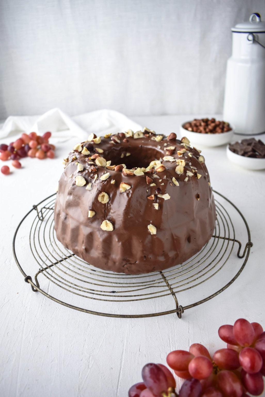 Traube Nuss Gugelhupf mit Schokolade  Rezept für einfach gemachten und saftigen Traube Nuss Gugelhupf mit Schokolade und Schokoüberzug. Schnell gemacht und dennoch was Besonderes.