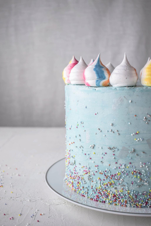 Marmorkuchen Geburtstagstorte Rezept für Geburtstagskuchen/Geburtstagstorte für Kinder, Teenies oder Mädchen/Frauen. Innen Marmorkuchen mit Mascarpone Vanille Creme. Außen mit Streuseln. #Geburtstagskuchen #Marmorkuchen #Geburtstagstorte