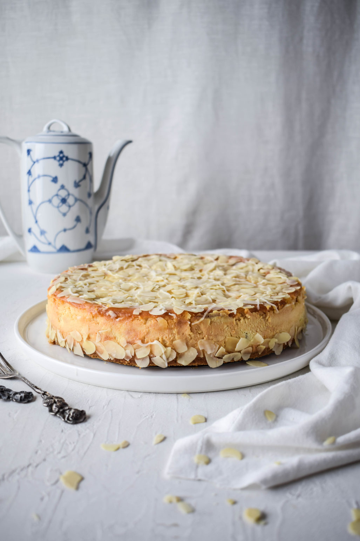 Marzipan Apfel Käsekuchen mit Amaretto Rezept für super cremigen Käsekuchen mit frischen Äpfeln, Marzipan und Amaretto. Oben drauf gibt es noch eine Mandelglasur. Ganz einfach und schnell mit Keksboden #Käsekuchen #Marzipan
