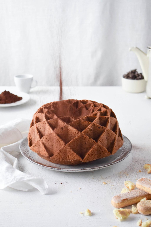 Tiramisu Gugelhupf  Einfaches Rezept für saftigen Tiramisu Gugelhupf mit Espresso getränkten Löffelbiskuits und mit Kakao bestäubt. Auch super als Kuchen fürs Büro!  #Gugelhupf #Tiramisu #Napfkuchen