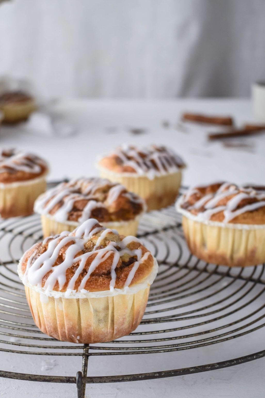 Zimtschnecken Apfel Muffins Rezept für schnelle und eifache Zimtschnecken Muffins mit Äpfeln. Ohne aufwendigen Hefeteig und super saftig und fluffig. Buttrig, süß, zimtig! #Zimtschnecken #Muffins #Apfel