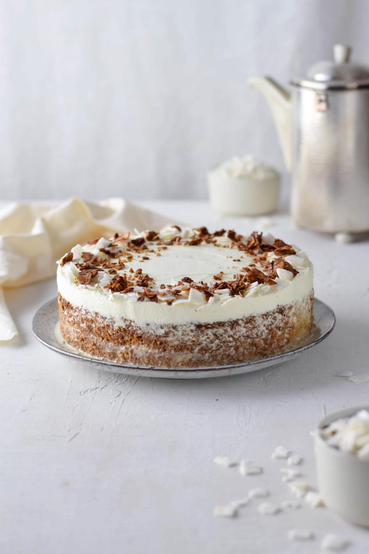 """Rezept für super saftigen Bananen Kokos Kuchen aus """"Modern Baking"""" von Donna Hay. Rezept und Rezension. Einfacher Bananenkuchen getränkt in Kokosmilch. #Bananenkuchen #Kokoskuchen"""