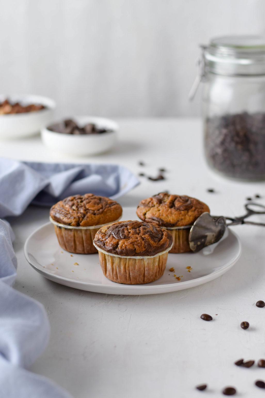 Kaffee Muffins mit Nutella Swirl Rezept für saftige Kaffee Muffins mit Nutella Swirl. Der herbe Espresso ist der perfekte Ausgleich zur Nutella Süße. Ideal als Kuchen fürs Büro! #Nutella #Muffins #Kaffee