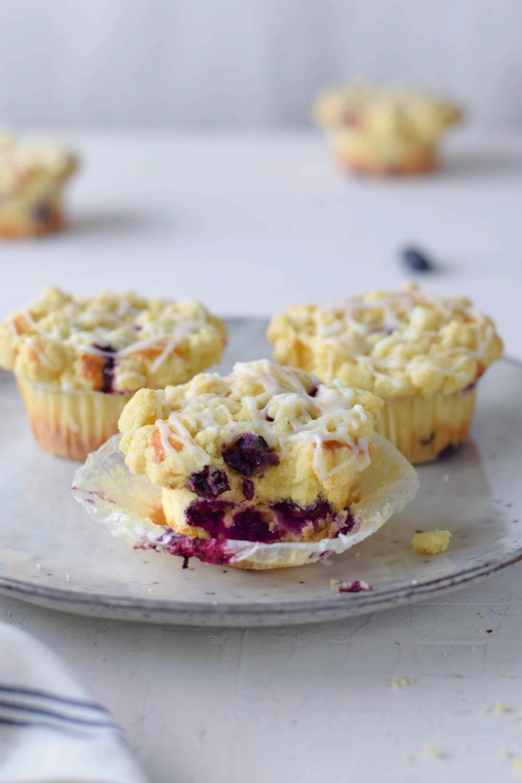 Saftige Blaubeer Streusel Muffins Rezept für super saftige Blaubeermuffins mit buttrig knusprigen Streuseln. Ganz einfaches Rezept und schnell zu machen. Perfekt als Kuchen fürs Büro! #Blaubeermuffins #Blaubeeren #Muffins #Streusel