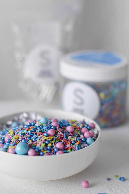 Daim Geburtstagstorte mit Zuckerstreuseln  Rezept für Geburtsagstorte mit Steuseln und Daim Schokoladen Füllung. Mit amerikanischer Buttercreme eingestrichen und mit Zuckerstreuseln dekoriert.   #Geburtstagstorte #Streusel #Sprinkles #Zuckerstreusel #Torte