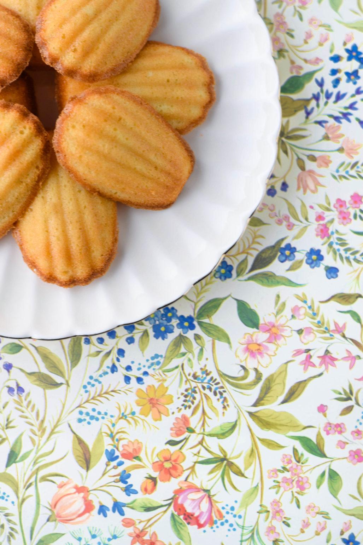 Zitrone Honig Madeleines Rezept für klassische französische Madeleines mit Honig und Zitrone. Super saftig! Lässt sich auch gut am Vortag vorbereiten und am Morgen schnell backen, sodass eure Familie mit dem vanilligen Duft von Gebäck erwacht. Oder eure Gäste zum Nachmittagskaffee von dem Geruch von frischen Madeleines empfangen werden und noch warm diese Köstlichkeiten genießen können. #Madeleines #Patisserie #Teegebäck