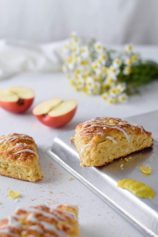 Apfel Zitronen Scones Rezept für einfache und schnelle englische Scones mit Apfel und Zitrone, fürs Frühstück unterwegs oder zum Tee. Saftig und locker mit frischen Äpfeln und Bio Zitronenschale #Scones #Brunch #TeeParty #Äpfel #Zitrone