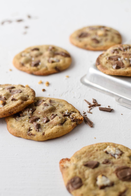 Bounty Cookies  Rezept für saftige weiche Bounty Cookies nach amerikanischem Vorbild. Schnell und einfach gemacht. Mit extra großen Schokostückchen und Bounty.   #Cookies #Kekse #Bounty #Kokos