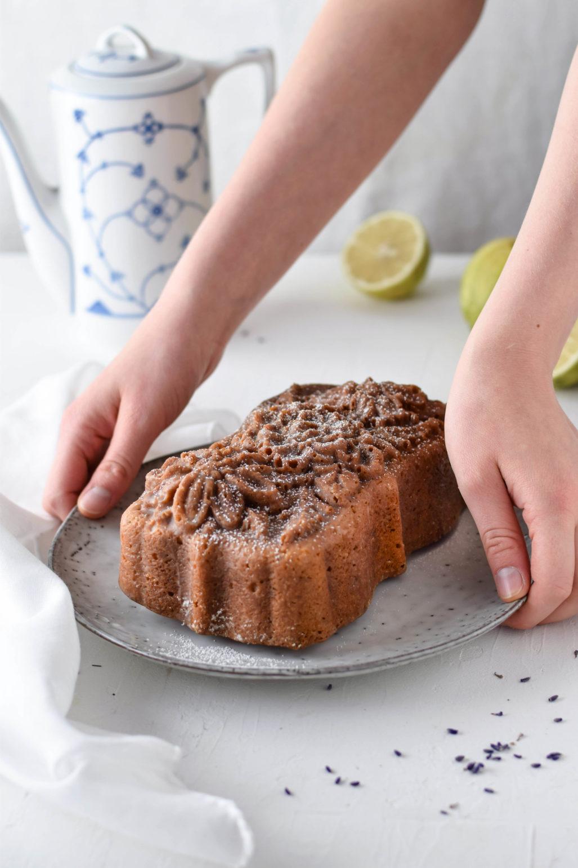 Lavendel Zitronen Kuchen Rezept für super einfachen und schnellen Lavendel Zitronen Kuchen mit Joghurt. Ausgefallener saisonaler Kastenkuchen perfekt zur Teezeit und sehr saftig! Kann man auch als Gugelhupf backen. #lavendel #zitrone #kastenkuchen