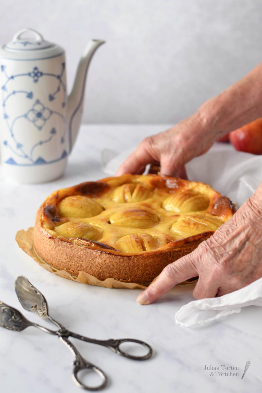 Schwäbischer Apfelkuchen Backen eines traditionellen / klassischen Rezepts: Schwäbischer Apfelkuchen mit versunkenen Äpfeln in Schmand-Füllung mit Vanille und Zitrone. Einfach und lecker, wie bei Oma! Super saftig und besser als mit Pudding! #Apfelkuchen #saisonal #Schmandkuchen