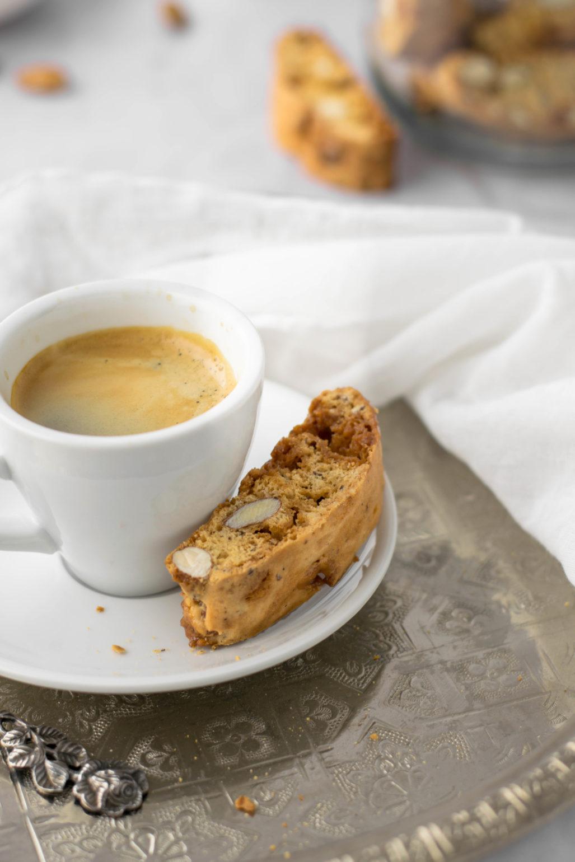 Cantuccini aux noix et au caramel Recette de cantuccini simple avec du caramel et des amandes, que vous pouvez rapidement préparer vos propres pâtisseries au café. Pack pour dessert cantuccini ou comme cadeau de Noël #Cantuccini #Biscotti #Café # Pâtisseries