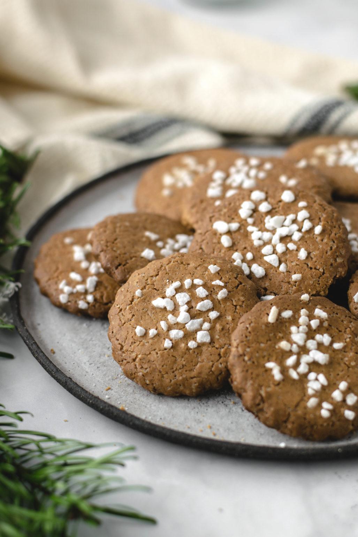 Recette de biscuit simple et rapide à découper pour Noël. Biscuits de Noël traditionnels avec du sirop de betterave semblable aux gâteaux bruns. #Cookies #Christmas #Cookies #Recipe