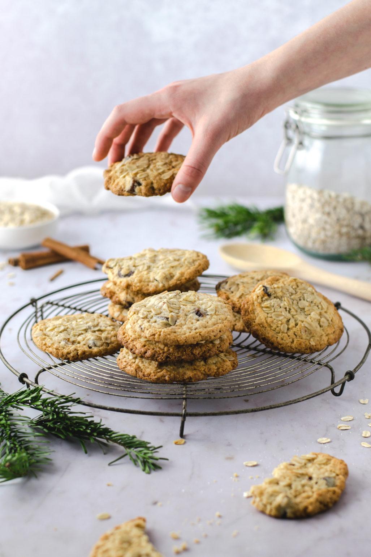 Biscuits à l'avoine et aux dattes à la cannelle Recette de biscuits à l'avoine mous avec de la cannelle et des dattes, super rapides et faciles à cuire. Aussi comme biscuit pour le petit déjeuner car il est raisonnablement sain. Aussi génial que des biscuits de fantaisie pour Noël # biscuits à l'avoine # cookies #cookies