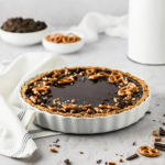 Einfaches Rezept für super cremige Tarte au Chocolat mit Brezelboden. Klassische Schokoladentarte mit Salzbrezeln. Perfekte Kombination aus süß und salzig! #schokolade #schokokuchen #tarte #schokoladentarte #schokotarte #tarteauchocolat