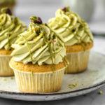Einfaches Rezept für fluffige Pistazien Cupcakes mit Vanille und Frischkäse Topping. #Cupcakes #Muffins #Rezept #Torte #Kuchen #Pistazien