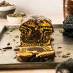 Einfaches Rezept für Kürbiskuchen mit Zebra-Muster und dunkler Ganache als Überzug. Saisonaler Marmor Kastenkuchen. Perfekter Kuchen fürs Büro! #Kürbiskuchen #Kastenkuchen #Zebrakuchen #Marmorkuchen