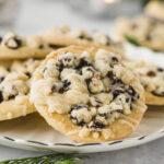 Einfaches Rezept für kreative Weihnachtsplätzchen. Cranberry und Streusel auf knusprigem Mürbeteig. Shortbread Cookies für Weihnachten. #Mürbeteigplätzchen #Plätzchen #Weihnachtsplätzchen #Kekse