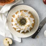 Einfaches Rezept für saftigen Apfel Gugelhupf mit Amarettini und schnellem Guss. Perfekter Kuchen fürs Büro, da er mit den Äpfeln lange saftig bleibt und nicht gekühlt werden muss! #Gugelhupf #Apfelkuchen #Rührkuchen #KuchenfürsBüro #Obstkuchen #Rezept #Backen