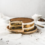 Mega einfaches Rezept für Tiramisu Torte ohne Ei, naja zumindest ohne rohes Ei 😉 Die ist wirklich einfach gemacht, sie besteht im Grunde nur aus Biskuit, Sahne + Mascarpone Masse und Tränke! Verfeinert hab ich sie mit dem besten Kaffee Liqueur überhaupt! #Tiramisu #TiramisuTorte #Einfach #Torte #Rezept #Backen #Sahnetorte #Mascarpone #Kaffee #Espresso