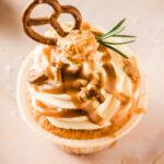 Einfaches und einigermaßen schnelles Rezept für verführerische Salted Caramel Cupcakes mit einem Kern aus reichem Salzkaramell getoppt von luftigem Frischkäse Frosting für Cupcakes und noch mehr Karamell. #Karamell #Cupcakes #Rezept #backen #SaltedCaramelCupcakes #Frischkäsefrosting