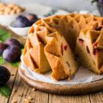 Einfaches und schnelles Rezept für einen spätsommerlichen saftigen Zwetschgen Gugelhupf mit Amaretto. Eignet sich auch super als Kuchen fürs Büro ? #Gugelhupf #Zwetschgen #Zwetschgenkuchen #saisonal #backen #rezept